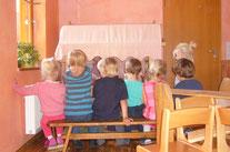 Zuschauer beim Puppenspiel