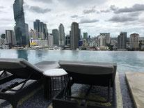 Das Marriott the Surawongse Hotel infinity Pool mit Rooftop Ausblick auf die Skyline der Stadt.