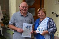 """Janine Merz mit Ihrem Vater Helmut Martin präsentieren freudig Ihre """"Schwalben willkommen"""" Auszeichnung"""