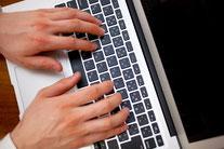 ノートパソコンで使う男性の手元