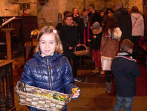 6- Distribution de friandises à la fin de la célébration.
