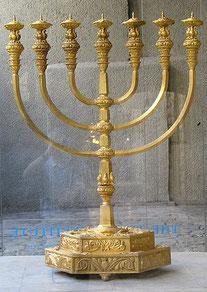 Le chandelier d'or à 7 branches construit par Moïse pour le tabernacle. Le nombre 7 est associé à la perfection, les 7 lampes à la perfection de la lumière divine.