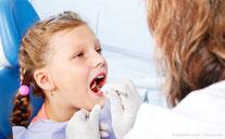 Gesunde Kinderzähne mit regelmäßiger Prophylaxe beim Zahnarzt