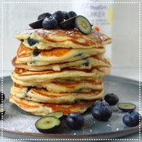 Blauwe bes ricotta pancakes