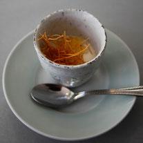 根セロリのムース コンソメジェルと 細い麺のトッピング