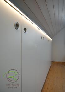 Aktenschrank nach Maß in Dachnische in weiß & anthrazit, mit indirekter Beleuchtung mittel eingefräster LED-Stripe,
