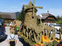 Die Heufiguren werden jedes Jahr zu einem Anderen Thema erstellt. Auf dem Bild sehen Sie eine holländische Windmühle zum Thema Reise um die Welt.