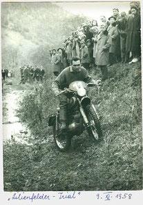 Eine österreichisch-trialhistorische Aufnahme:  Walter Gsöll mit seiner KTM 125 beim bedeutenden Lilienfelder Trial.