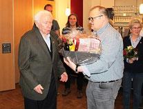 Frank Rottstegge gratuliert Erich Jägeler zu unglaublichen 80 Jahren Vereinstreue
