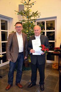 Gustav Hecker nimmt den Preis für sein langjähriges, ehrenamtliches Engagement entgegen (G.Hecker, re; Peter Spyra,li.)