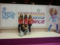 Feria Dabadum bailarinas y maquiladoras de A10 en el stand de Nancy