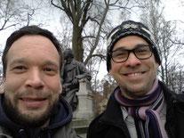 Kuhligk & Schulz vorm Fontane-Denkmal in Neuruppin © privat