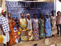 Groupe de femmes ayant obtenu un micro crédit Wa-iba