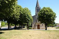 La Place du Village                     et l'Eglise romane Saint Louis