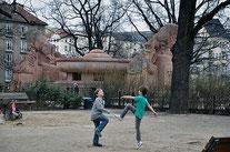 Der denkmalgeschützte Stierbrunnen ist das Markenzeichen des Arnswalder Platzes. Foto: al