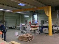 Säulenschwenkkran zur Beschickung einer Maschine
