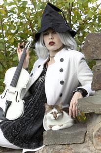 Ravienne Art Model - Foto, Hexe, Katze, Geige, Musik auf Reisen