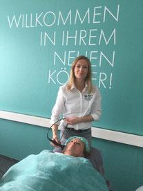 Inhaberin Michaela Werner bei der BEWEI-FACE-Behandlung