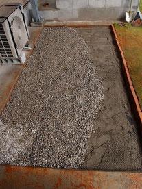 砂の上にさらに砂利を施工