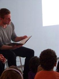 Timo Köster vom Augsburger Kulturreferat zu Gast in der Kinderwelt Augsburg
