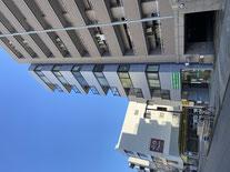 事務所のビルの南から、桑名町通りを北に向いて撮った写真です、道路左側にパーキングメーターがあります。