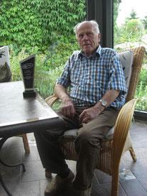 Werner Maluk, 87 Jahre mit Pokal