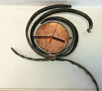 Geschmiedete Uhr aus Eisen und Kupfer