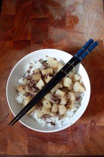 Rettich mit Hackfleisch auf Reis