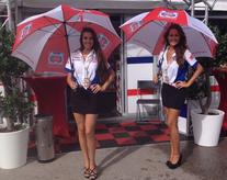 Umbrella girls con inglés en el circuito de Jerez