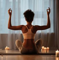 Frau meditiert mir Kerzen