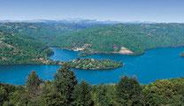 Vue aérienne d'un lac du Lévézou en Aveyron
