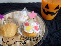 デコレーションしたカップケーキとオレンジジュースでparty time!