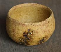 美濃焼の伝統釉、黄瀬戸のぐい呑。原土を使用し制作したもの