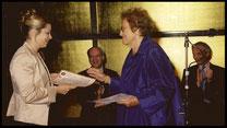 2005 Hilde Zadek überreicht den Sonderpreis für die beste Bühnendarstellung an Daniela Fally. © Foto Fayer, 800x450pixel