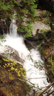 付知狭不動渓谷。付知狭不動渓谷観音の滝。中津川の里山の美しい紅葉真っ盛り中津川付知峡周辺食事処散策散策