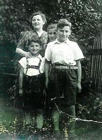 Helmut (links) zusammen mit Mutter Grete Johanna und den Geschwistern Margot und Ernst im Garten an der Linnenkämperstraße (Foto: Privatbesitz Ute Siegeler)