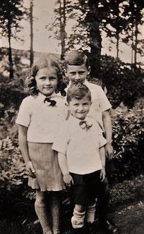 Ernst (hinten rechts) zusammen mit Schwester Margot und Bruder Helmut (Foto: Privatbesitz Ute Siegeler)