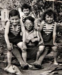 Margot (rechts) zusammen mit ihren Brüdern und Onkel Kurt (Foto: Privatbesitz Ute Siegeler)