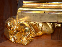 détail du socle de la statue de la Vierge