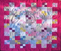 Patchwork-Decke in femininen Farbtönen (pink).