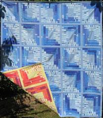 Patchworkdecke blaue Quadrate mit Innenmuster.