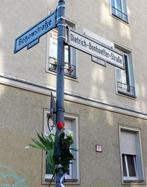 Dietrich Bonhoeffer Strasse-Ecke Bötzowstrasse, Blumen am Pfosten des Strassenschild zu Ehren von Bonhoeffer am 9.April. Foto: Helga Karl