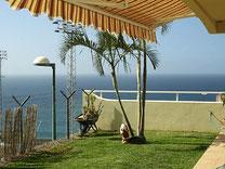 Terrasse vor der Villa mit Pool und Panorama Blick auf den atlantischen Ozean.