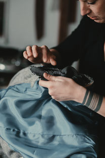 Herrenschneiderin Manuela Leis bearbeitet einen Paletot mit Ulsterkragen, photo by Sebastian Hilgetag