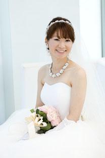 ブライダルエステをされたお客様、笑顔が素敵なウェディングドレス
