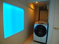 昼はブルーの明かりが入る窓