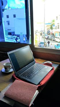 カフェ。大好きなカフェオレを飲みながらパソコン仕事