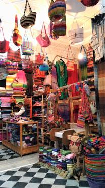 モロッコのお土産屋さんは色がカラフルで素敵です。革製品のバック、スカーフが売ってます。