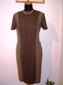 Kleid aus italienischem Lana cotta in schlankmachender  Schnittführung  mit knieumspielender  Länge; an einer Schulter mit Druckknöpfen zu öffnen.