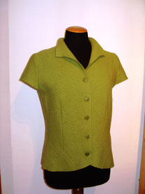 Weste mit kurzen Ärmeln aus Walkstrick, die sich gut über Rolli oder Shirt tragen lässt.  Walk ist weich im Griff, kuschelig warm  und angenehm leicht  zu tragen.